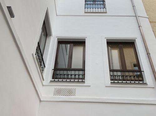 Fachada del hotel Luxury con climatización sin unidad exterior