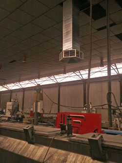 Climatizador evaporativo en el techo de una nave industrial