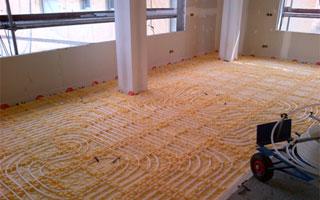 Instalación de suelo radiante con tubos a la vista