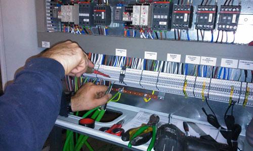 Operario en el cuadro eléctrico de un sistema de refrigeración