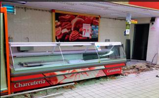 Vitrina expositora antigua para productos refrigerados en supermercado