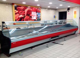 Vitrina expositora de nueva instalación para productos refrigerados en supermercado