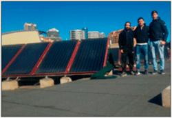 Alumnos ciclo superior de eficiencia energética y energía solar térmica junto a una instalación solar