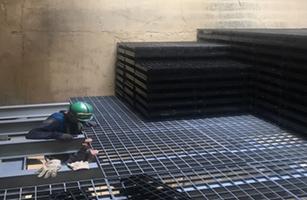 Instalador trabajando en unas rejillas colgantes