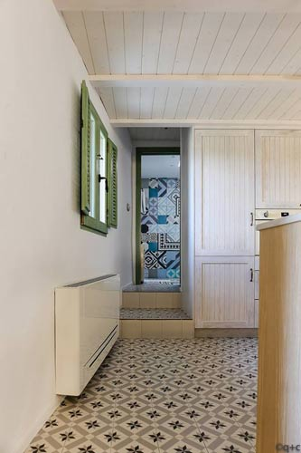 Pasillo de una vivienda con un fan coil instalado