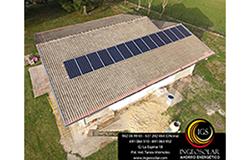 Placas fotovoltaicas instaladas en el tejado de una vivienda en Cantabria