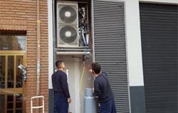 Instaladores realizando una carga de refrigerante en unidad exterior