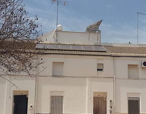 Imagen de un edificio con la Instalacion solar fotovolaica completa