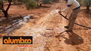 Bomba de agua extrayendo agua del pozo