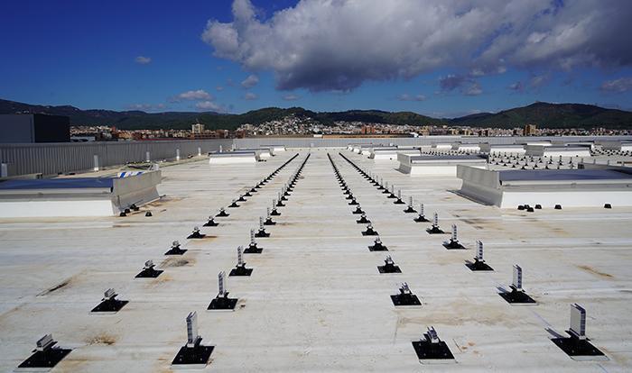 Cubierta impermeabilizada con instalación de fijaciones de paneles solares soprasolar