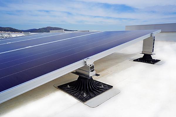 Sistema de fijación de paneles solares sobre cubierta impermeabilizada