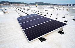 panel solar instalados en cubierta impermeabilizada