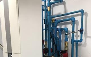 Instalación de tubos para calefacción