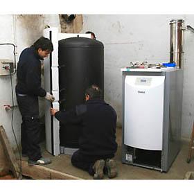 Técnicos realizando una instalación de biomasa